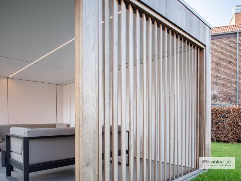 Terrasoverkapping met zijwand van houten shutters
