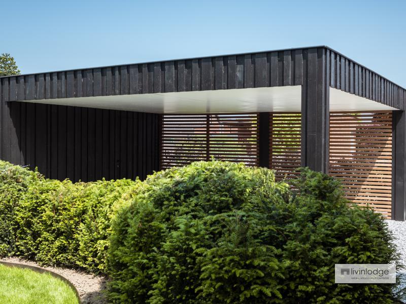 Moderne carport met houten shutters