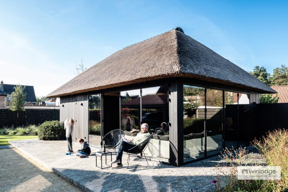 Poolhaus mit Reetdach und Thermoesche Holzfassade in De Haan