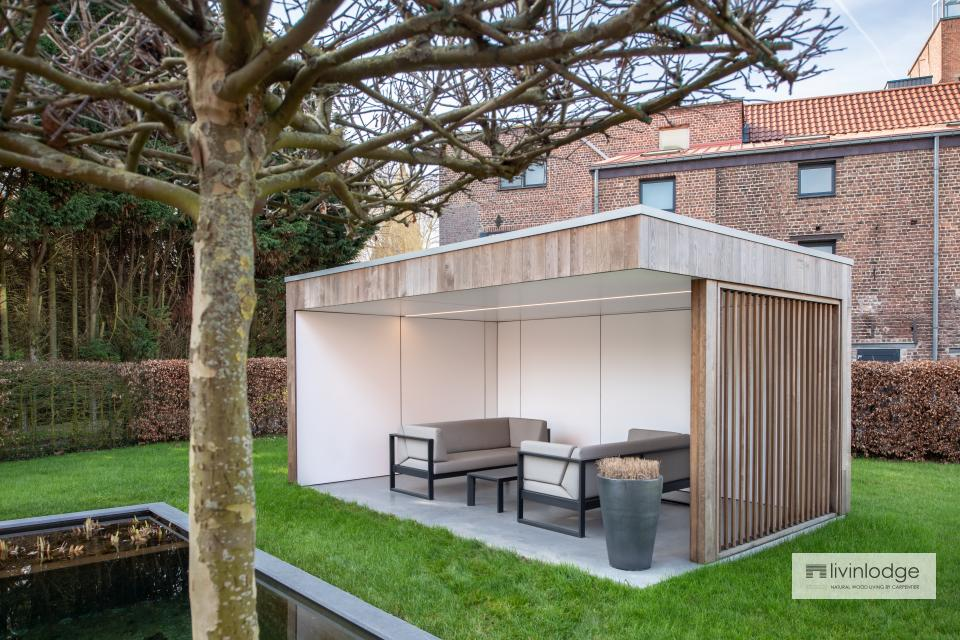Terrassenüberdachung mit Seitenwand aus Holzlamellen